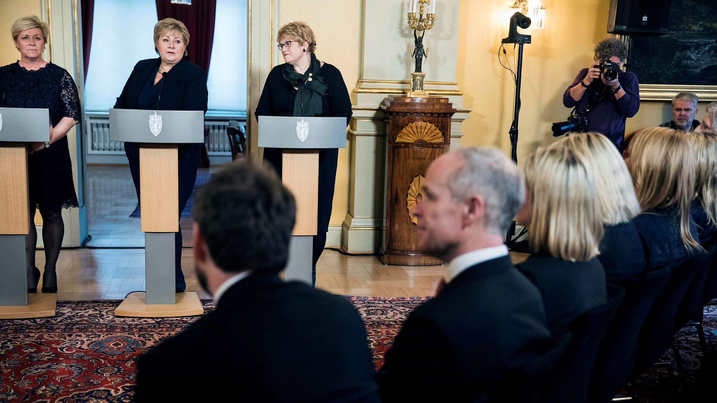 Erna Solberg, Siv Jensen og Trine Skei Grande har pressekonferanse i Statsminister boligen. Forrand sitter alle statsrådene med nye jobber.