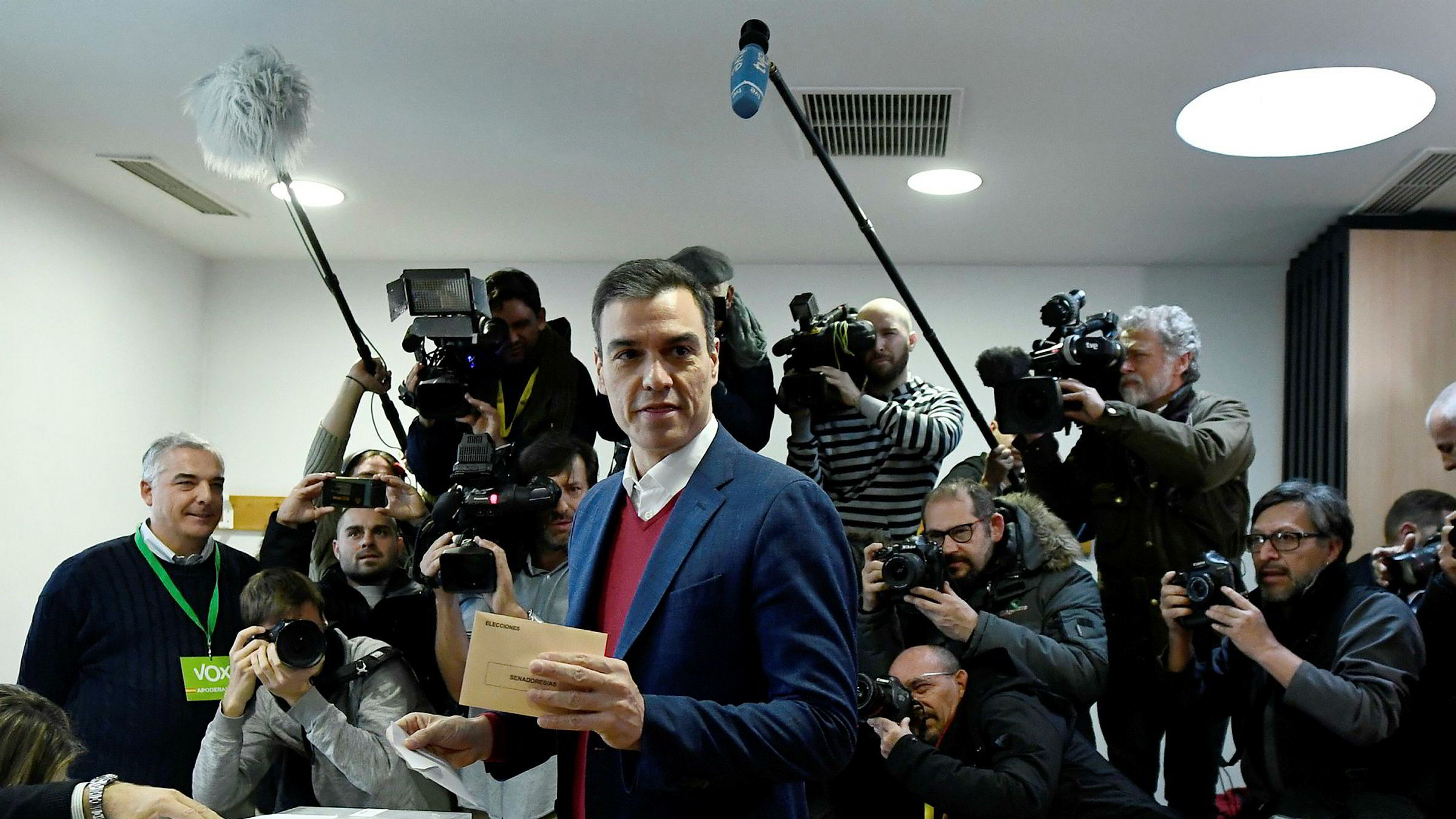 Sosialdemokraten Pedro Sánchez kan bli sittende som fungerende statsminister i en ny mindretallsregjering. Her stemmer han i Madrid tidlig søndag.