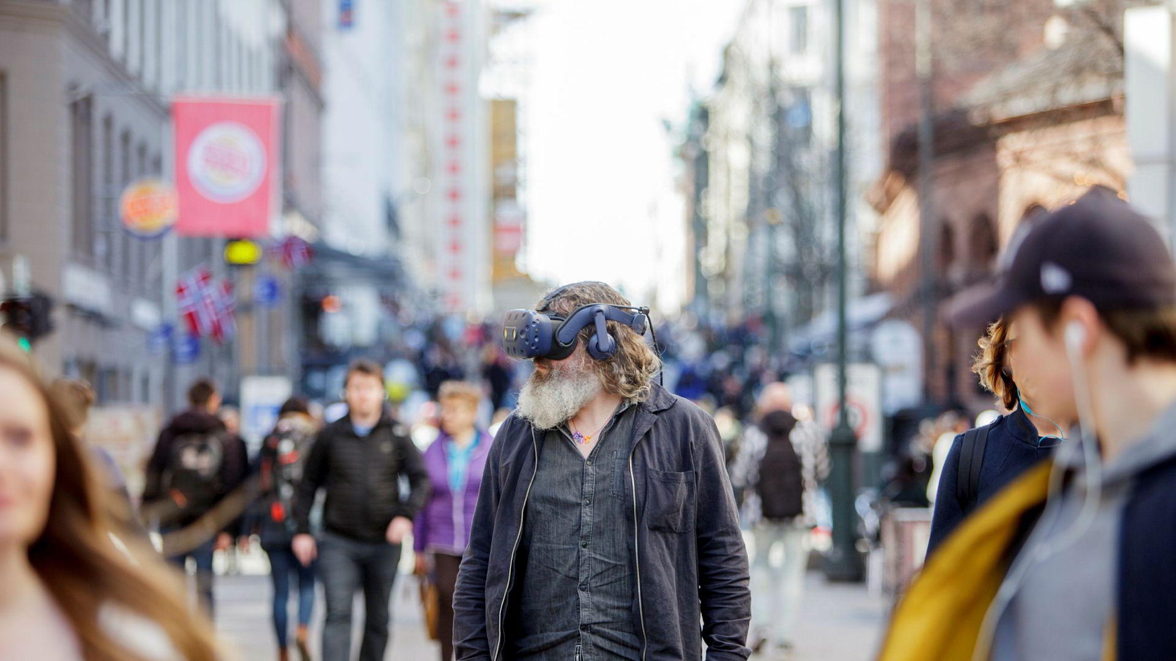 Torgeir Waterhouse i IKT-Norge med VR-briller på Karl Johan. Han har fulgt utviklingen innen VR/AR i lang tid, og tror at vi fortsatt må vente på det virkelige gjennombruddet.