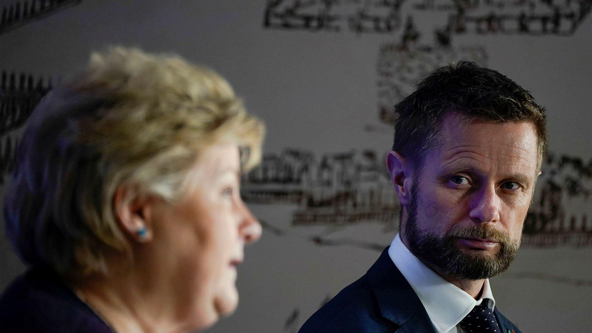 Statsminister Erna Solberg og helse- og omsorgsminister Bent Høie på pressekonferansen tirsdag.