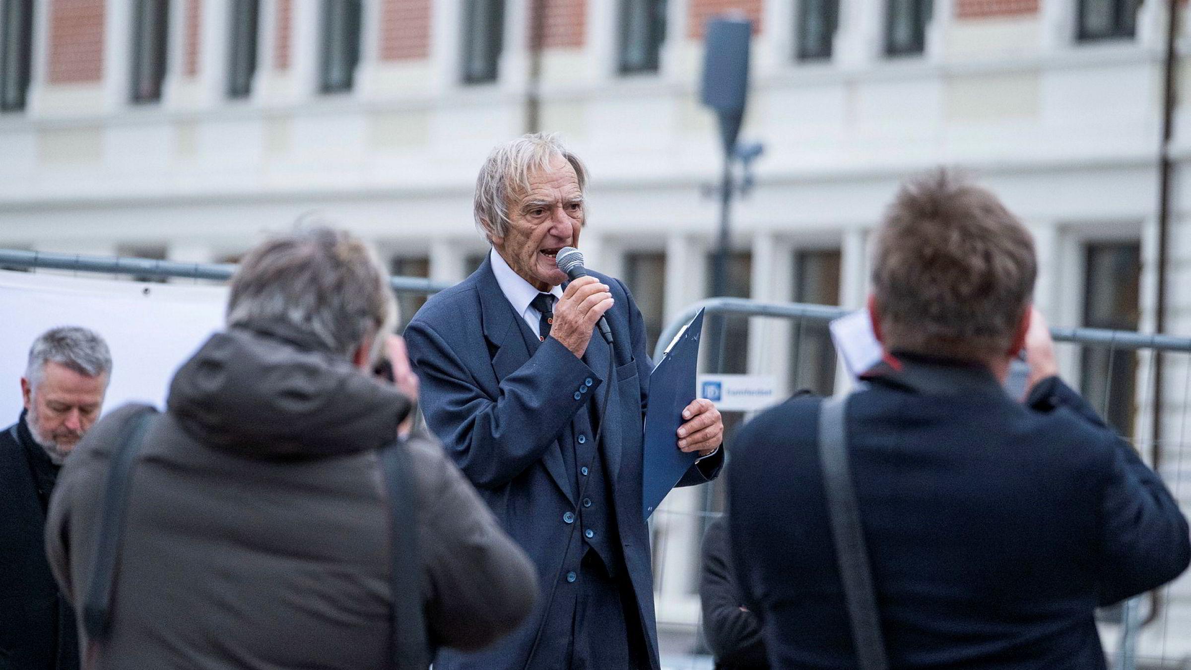 Sians frontfigur Arne Tumyr kastet Koranen under Sians demonstrasjon på Torvet i Kristiansand nylig. Det førte til basketak mellom demonstranter og politi da noen brant deler av en bok.
