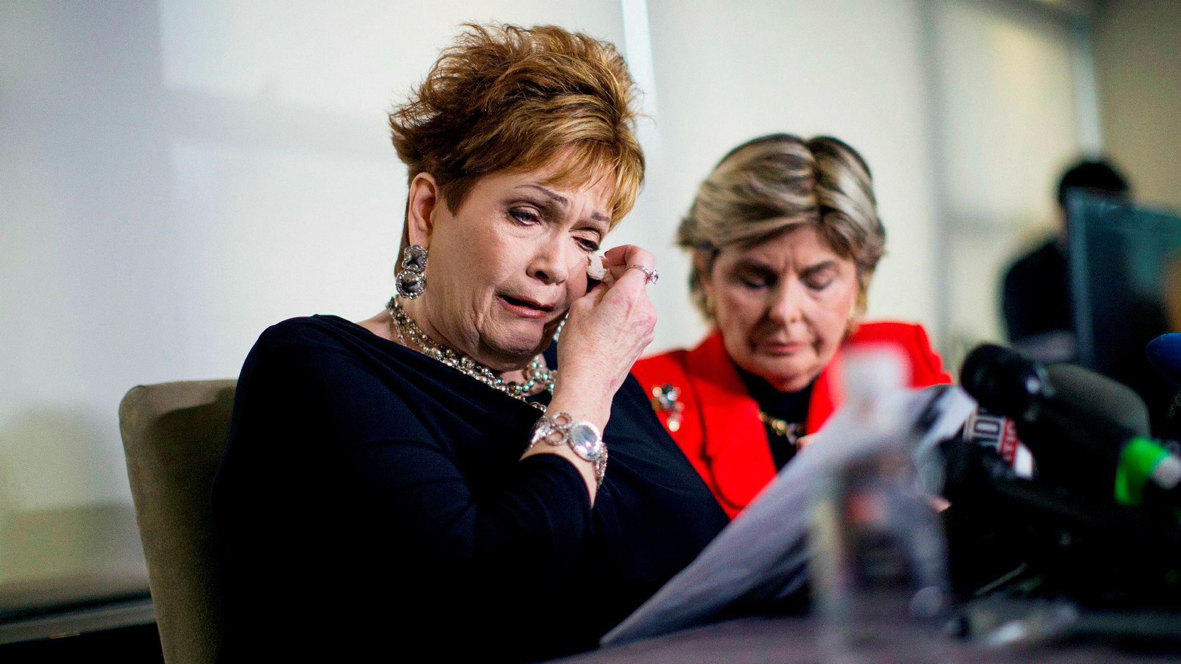 Beverly Young Nelson (56) holdt en pressekonferanse på mandag hvor hun sa at den republikanske senatorkandidaten Roy Moore begikk seksuelle overgrep mot henne da hun var tenåring. Til høyre Nelsons advokat Gloria Allred.