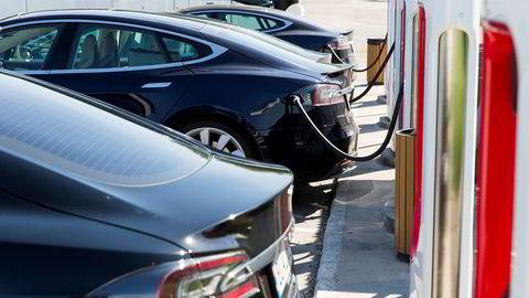 En rekke Teslaer står til lading på Solli supercharger i Østfold.
