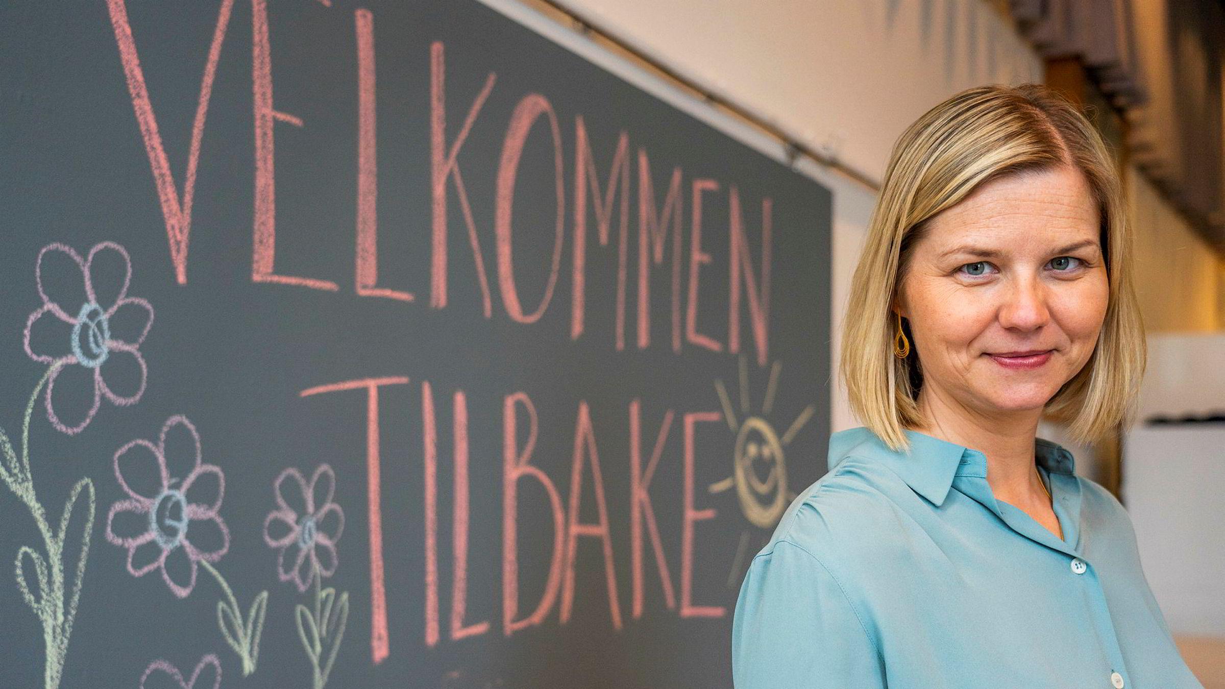 Kunnskapsminister Guri Melby besøkte i forrige uke Ellingsrudåsen skole i Oslo da elever i laveste del av barnetrinnet begynte. Torsdag blir det kjent hvordan den videre åpningen av skolene kan foregå.