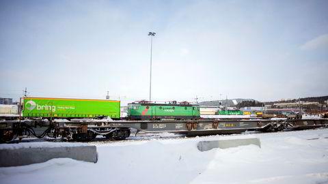 Samferdselsminister Ketil Solvik-Olsen vil ha vurdert ekstra statstilskudd for å få mer gods over fra vei til bane. Men sist vinter var kulde, snø og dårlig punktlighet et stort problem for transportørene.