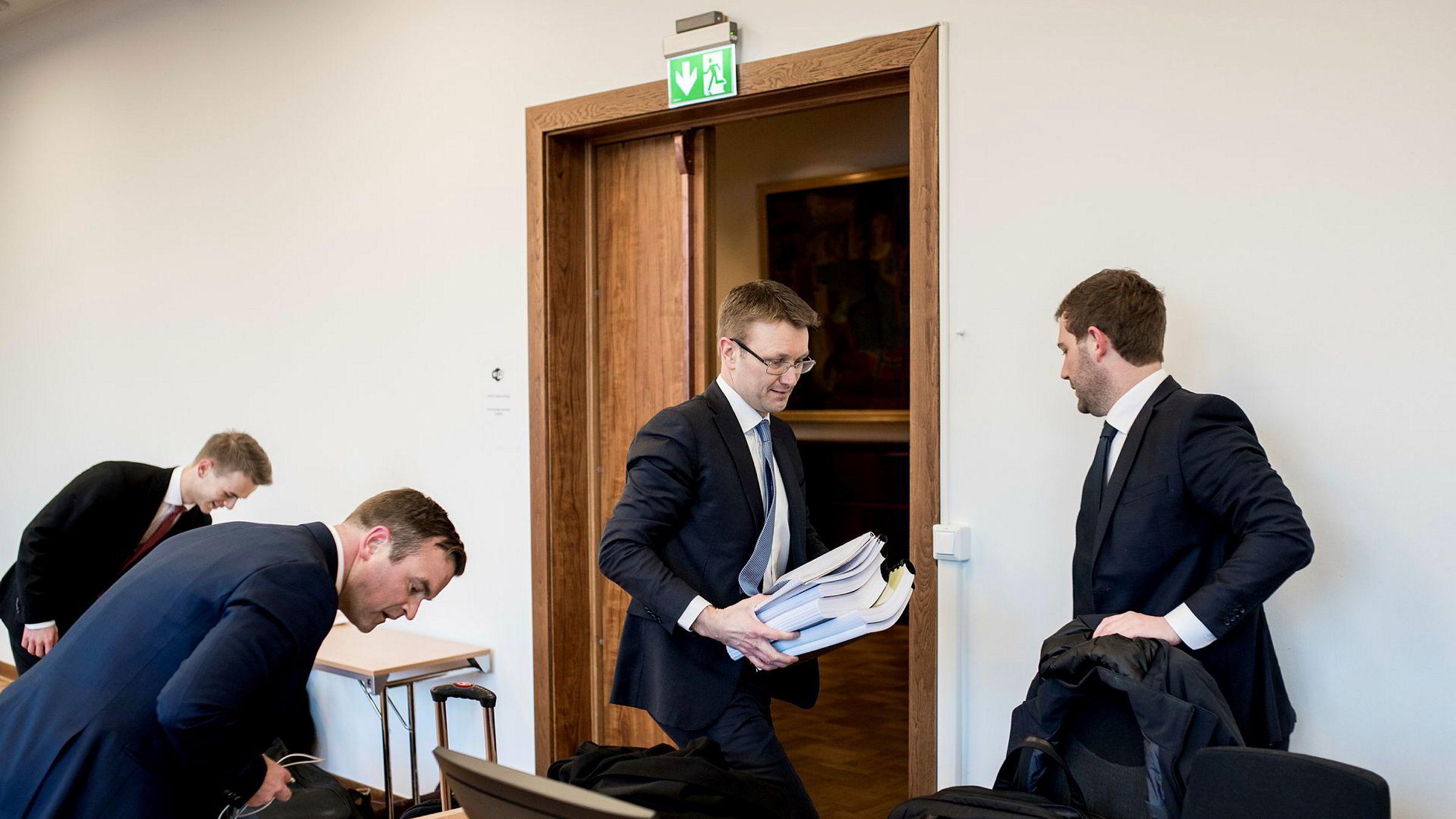 Ydstebøs advokater, Fredrik Gisholt (midten) og Kristoffer Lerum (til høyre) har brukt utradisjonelle virkemidler i jakten på bevis.