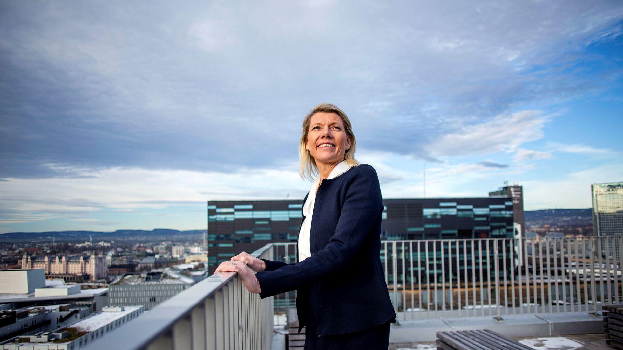 DNB-sjef Kjerstin Braathen må ta store tap, men overskuddet holder seg fortsatt på høye nivåer i årets første tre måneder – fordi banken kan finansiere seg billigere.