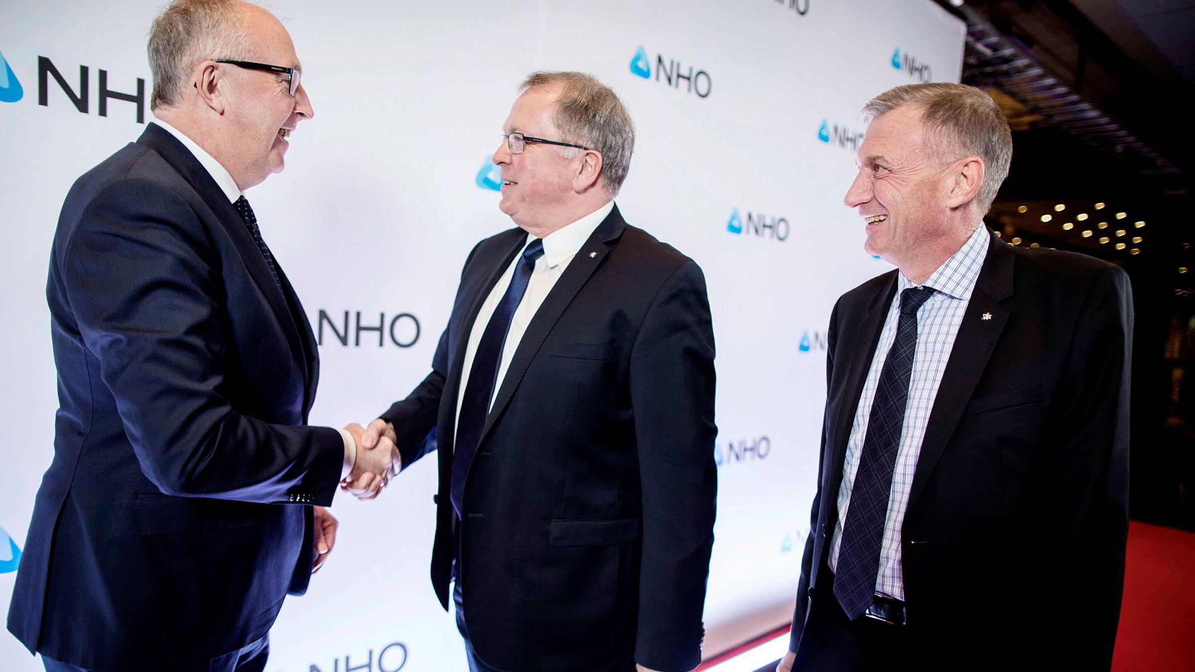Vi forventer at staten vil velge å opprettholde retningslinjene, og vi har da, slik staten har bedt om, gitt noen forslag til justeringer for å ta hensyn til lovendringene, skriver Equinors styreleder Jon Erik Reinhardsen (fra høyre). Her fra NHOs årskonferansen i Oslo 2018, hvor Equinor-sjef Eldar Sætre blir ønsket velkommen av NHO-president Arvid Moss.