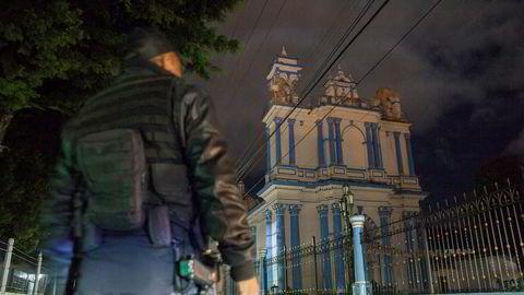 En politimann står foran kirken hvis tårn ble skadet av jordskjelvet på 8.1på richters skala som rammet blant annet byen San Cristobal de Las Casas i Mexico.