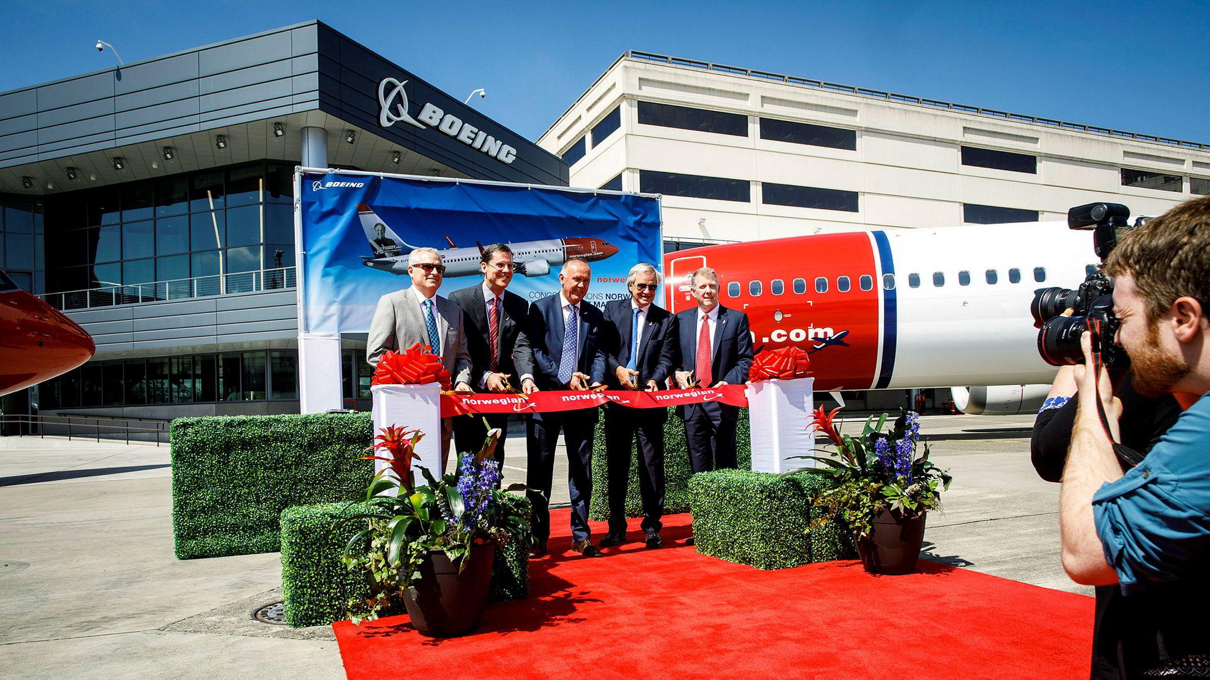 En el verano de 2017, el ex comandante noruego Bjørn Kjos (segundo desde la derecha) estaba en la planta de Boeing en Seattle para recibir el primer avión Boeing 737 Max.  Más tarde, los aviones fueron estacionados y Norwegian terminó en problemas financieros.
