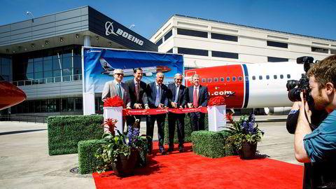 Sommeren 2017 var tidligere Norwegian-sjef Bjørn Kjos (nummer to fra høyre) på Boeing-fabrikken i Seattle for å ta imot første Boeing 737 Max-fly. Senere har flyene blitt parkert, og Norwegian havnet i finansielle problemer.