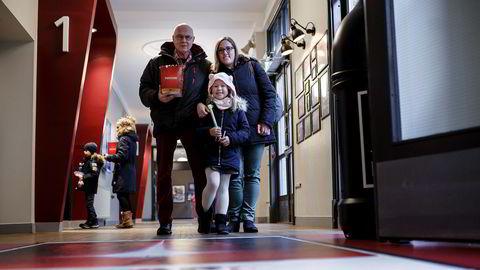 Bestefar Terje Abrahamsen, barnebarn Frida Rønsen og mamma Ebba Falch var på Colosseum kino onsdag formiddag. Kinobesøket har gått kraftig ned etter rekordåret i fjor.