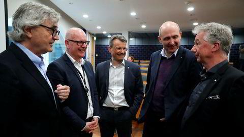 Egil Andre Aas i LO Stat (i midten) vil ta ut 4000 medlemmer i streik. Her med statens personaldirektør Gisle Norheim (nr. to fra venstre) sammen med forhandlingsutvalet bestående av (fra venstre) , Petter Aaslestad (Unio stat), Anders Kvam (Akademikerne) Pål Arnesen (YS Stat), før lønnsforhandlingene startet.
