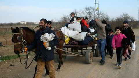Migranter krysser grensen fra tyrkisk side i Pazarkuleonsdag. Greske myndigheter brukte harde midler for å presse dem tilbake.