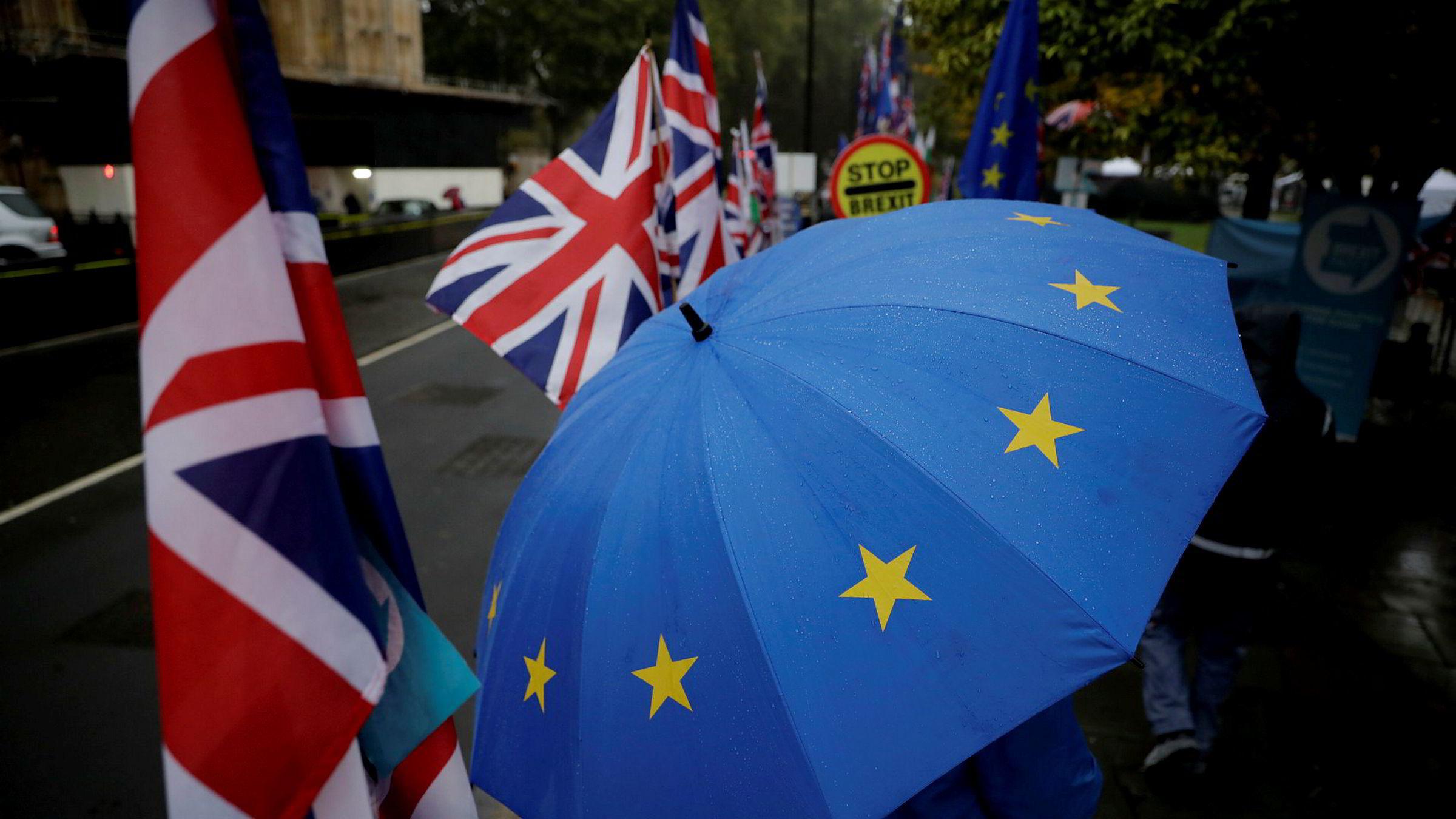 Protester utenfor det britiske Parlamentet torsdag i forbindelse med brexit. Foto: AP / NTB scanpix