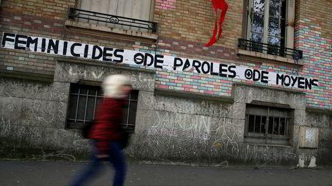 «Feminicide, mindre prat, mer penger» står det på veggrafittien her i Paris.