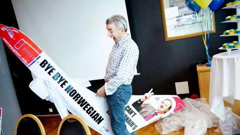 Michael O' Leary, administrerende direktør i Ryanair, kom i 2011 ridende på et Norwegian pappfly på pressekonferansen: To år og 2 millioner passasjerer på Rygge.