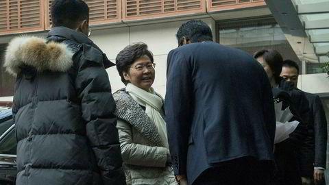 Hongkongs leder blir hilst velkommen da hun ankom et hotell i Beijing lørdag. Mandag møter hun Kinas leder Xi Jinping.