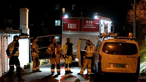 Beboerne i flere hus er evakuert og E39 er stengt som følge av lekkasje etter brudd på en vannledning i Sandviken i Bergen. Frykter at E39 kan kollapse.