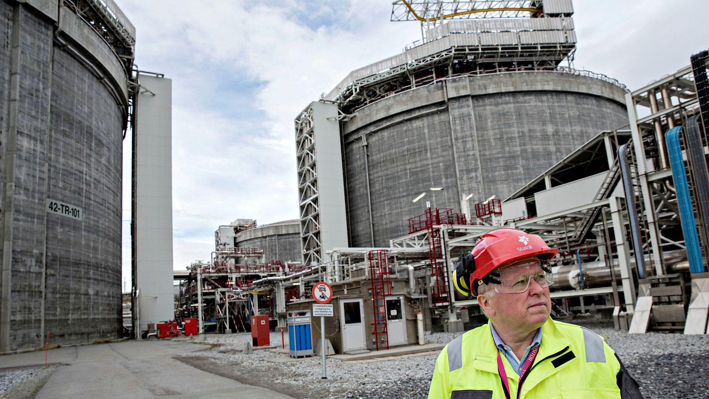 De siste årene har Miljødirektoratet funnet lovbrudd på flere av Equinors anlegg. Nå mener Miljødirektoratet at problemet må håndteres ikke bare av ledelsen på de enkelte anleggene, men i selskapsledelsen. Her Eldar Sætre på Snøhvit-anlegget på Melkøya i 2016. Anlegget tar imot naturgass fra Snøhvitfeltet nordvest for Hammerfest.