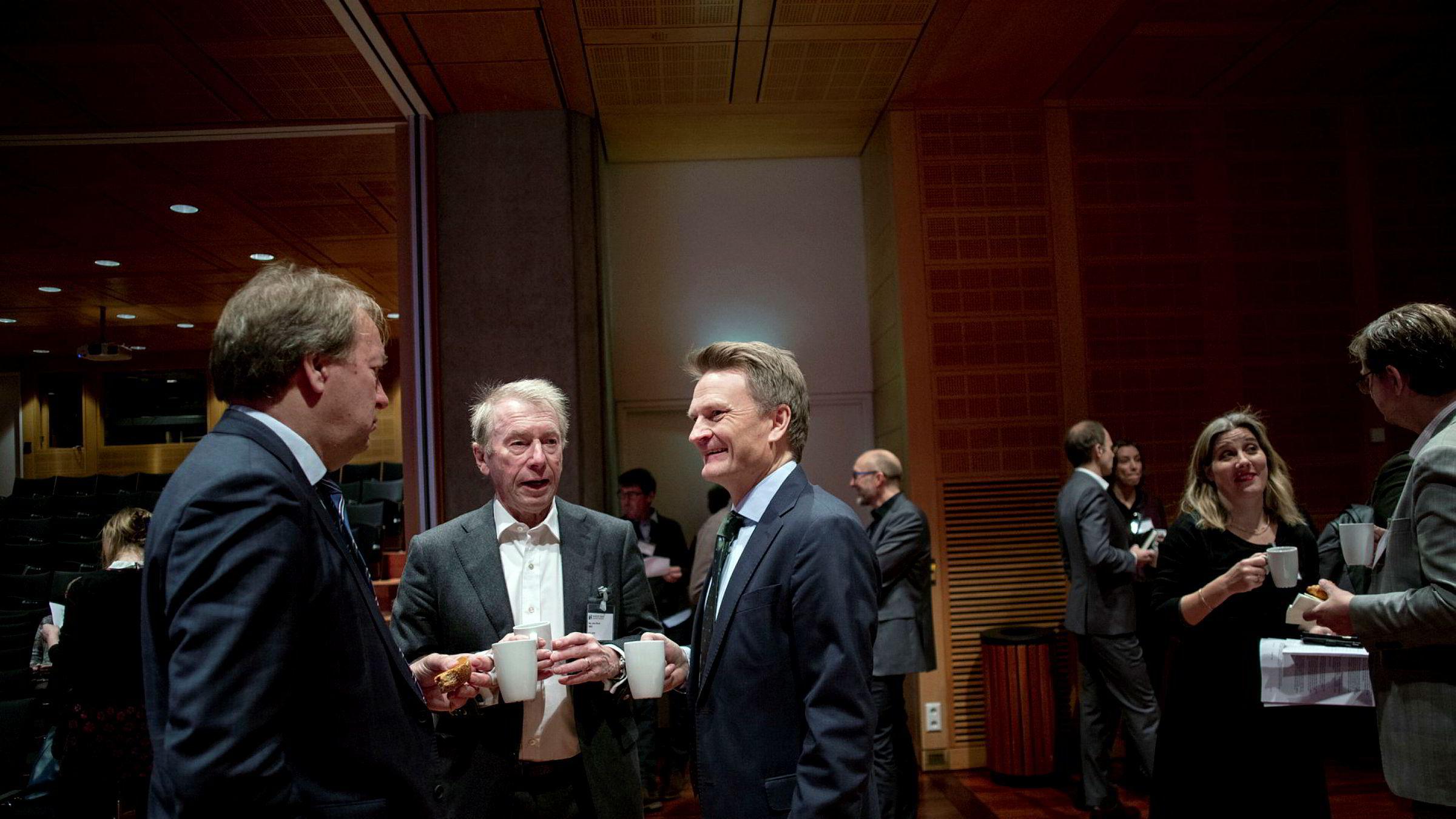 Investor Jens Ulltveit-Moe mener Norges Bank er like på ballen som miljøaktivistene når det gjelder klimarisiko. Her sammen med visesentralbanksjef Egil Matsen (til høyre) og finansråd Hans Henrik Scheel.