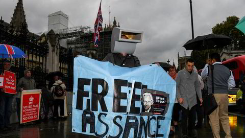 Julian Assanges støttespillere protesterer mot fengslingen av WikiLeaks-grunnleggeren utenfor Parlamentet i London i oktober.