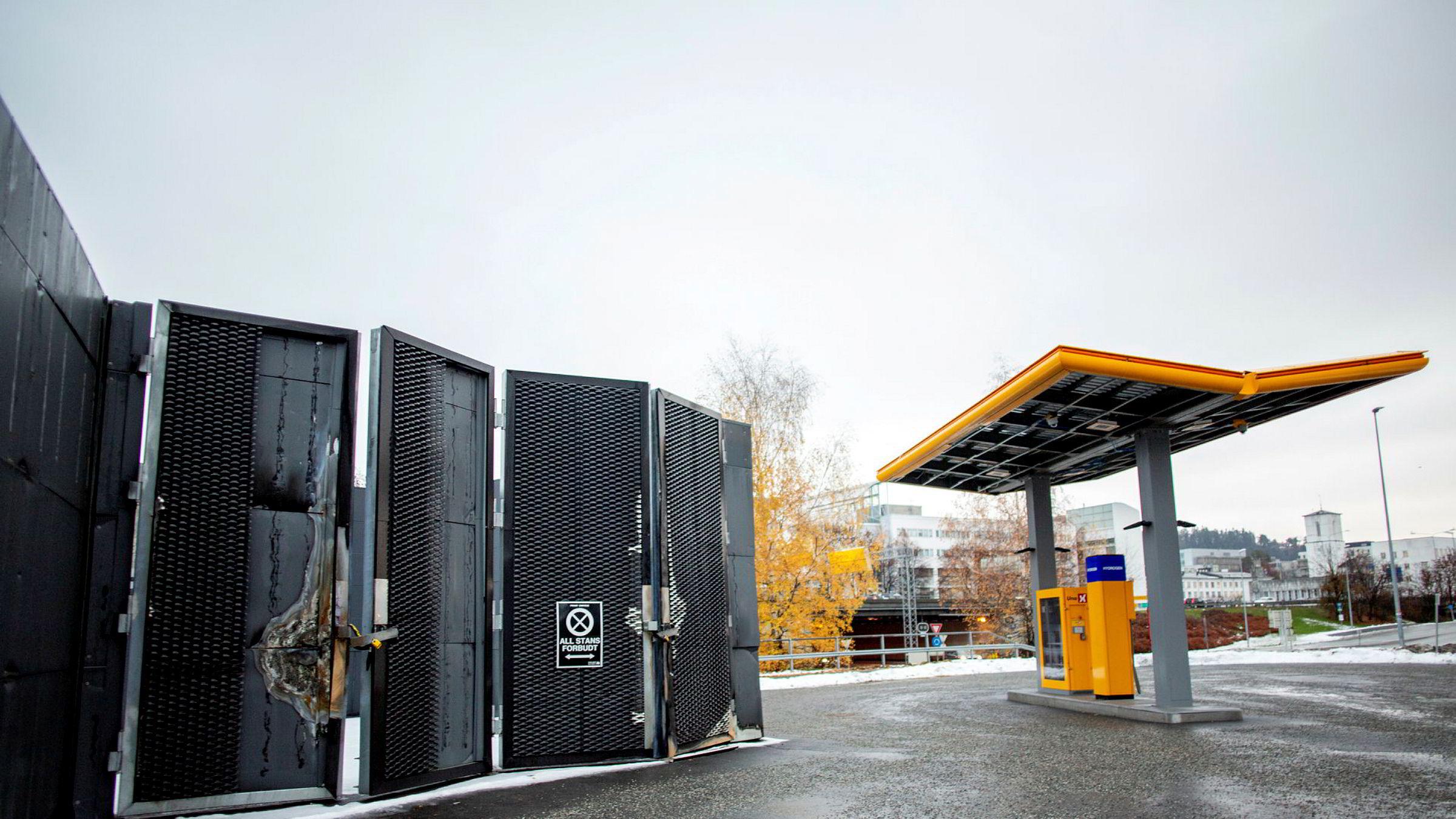 Forvridde bygningsdeler vitner om kreftene som var i sving da Uno X-stasjonen på Kjørbo i Sandvika eksploderte. Vel et halvt år senere er hydrogenstasjonene til kjeden fortsatt ikke gjenåpnet.
