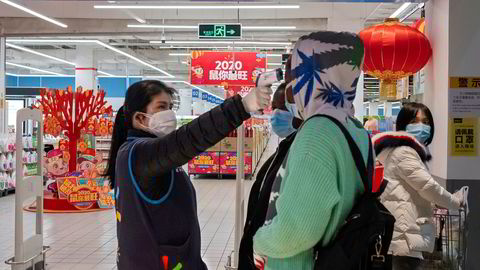 Utbruddet av det nye coronaviruset (Wuhan-viruset) i Kina vil ramme den økonomiske aktiviteten hardt. Ved kjøpesentre i hele Asia sjekkes temperaturen på kunder – som her ved et WalMart-utsalg i Kina.