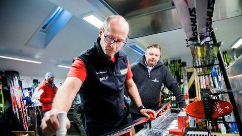 Smøreekspert Rune Ek hos Bjørn Myhre Sport viser Stein Husvær i Scanglide hvordan han påfører den fluorfri glideren basert på nanoteknologi.