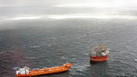 Boreriggen Goliat med supplyship i Barentshavet.