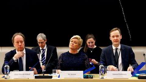 Oslo 01.03.2018 Siv Jensen forklarer seg for Stortingets kontroll og konstitusjonskomité om SSB-saken 1. mars i fjor. I fremste rekke fra venstre Hans Henrik Scheel, Siv Jensen, og Amund Holmsen.