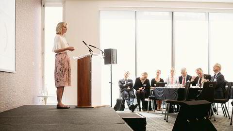 Statoils fornybarsjef Irene Rummelhoff på talerstolen i London på Statoils investordag for bærekraftige investeringer. Rummelhoff er en av tre kvinner i konsernledelsen til Statoil-sjef Eldar Sætre (nummer to fra høyre).