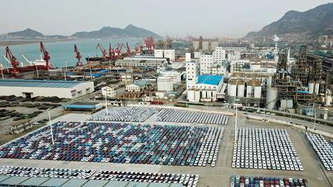 Kinesiske selskaper er i ferd med å normalisere produksjonen. Eksportordrene stuper, viser nye aktivitetsindekser for april måned. Her fra bilhavnen i Lianyungang.