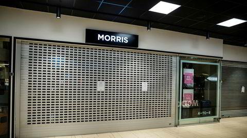 Det er stille og mange stengte butikker i Sandvika Storsenter. Veske- og koffertbutikken Morris er en av dem.