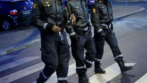 Tre politifolk patruljerer gatene i Ski. Den norske modellen har bestått av et godt utdannet politi som er til stede for å regulere relasjoner mellom mennesker før de eskalerer i konflikt, skriver artikkelforfatterne.