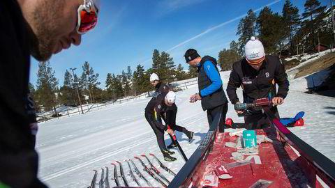 Testpanelet «nullstiller» skiene og gjør alle parene så like som mulig før testen begynner. Svein Olav Utiskog (fra venstre), Göran Höyvik Ulltang, Micke Pålsson, Pål Berntzen og Øystein Slettemeås.