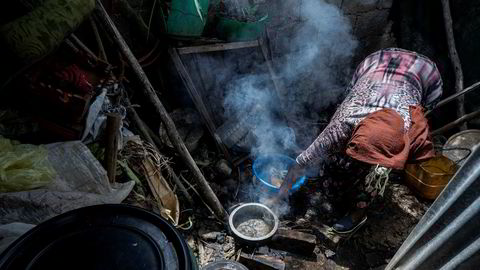 Tobarnsmoren Amsale Hailemariam, som mistet jobben på grunn av koronapandemien, lager mat til familien i teltet der hun bor i Etopias hovedstad Addis Abeba. Hun og datteren tjener til sammen 34 dollar i måneden, og lever under grensen for ekstrem fattigdom. Ifølge Verdensbanken kan 100 millioner mennesker bli kastet ut i ekstrem fattigdom som følge av koronapandemien.