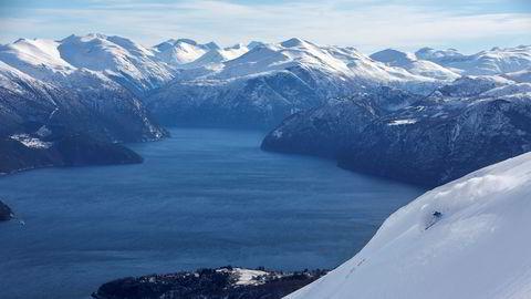 Med storslagen utsikt mot fjorden nyter Karsten Gefle lett snø nedover Alperittløypa.