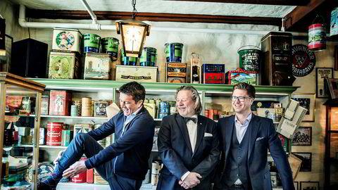 (Fra venstre) Ole Robert Reitan, Odd Reitan og Magnus Reitan foran den gamle kjøpmannsdisken, fra fremlegg av resultater i 2017.