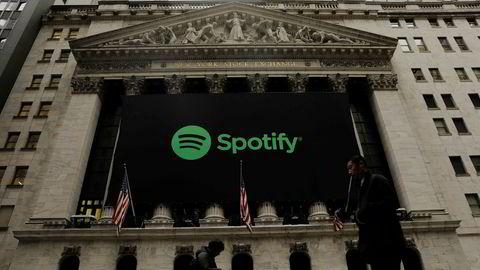 Fotgjengere passerer New York Stock Exchange der Spotify går på børs i en direktenotering tirsdag.