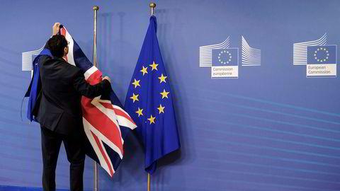 Flaggene settes opp før et møte mellom EUs sjefforhandler Michel Barnier og den britiske brexitministeren David Davis i Brussel 17. juli.