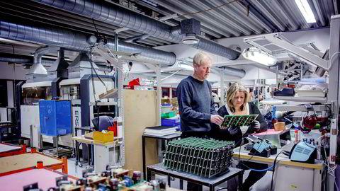 – Beslutningen om å flytte produksjonen berører tross alt mange ansatte som har jobbet i bedriften på en fremragende måte gjennom et langt arbeidsliv, sier klubbleder Petter Olsen i Mascot. Her sammen med kollega Hege Meyer.