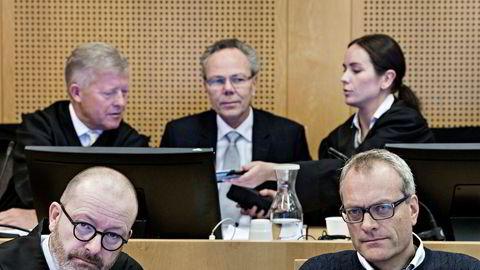 Christian Selmer (nede til høyre) må kjempe for frifinnelsesdommen han fikk i Borgarting lagmannsrett Her sammen med sin advokat Morten B. Tidemann. Bak fra venstre, advokat Bjørn Stordrange, Arne Helland og advokat Eli Johanne Apold. Helland er frikjent i saken.