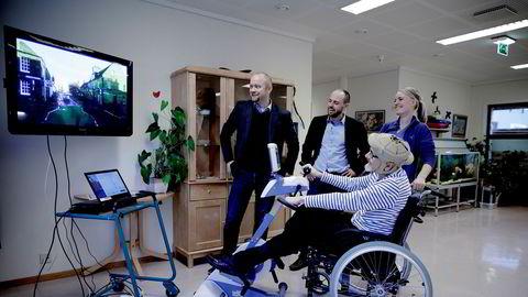 Jon Ingar Kjenes (fra venstre) og Torbjørn Langeland i Motitech as utvikler virtuelle sykkelturer for å motivere eldre til bevegelse. Her er de på Meland sjukeheim sammen med beboer Eirik Næss og helsefagarbeider Marte Fagerland.