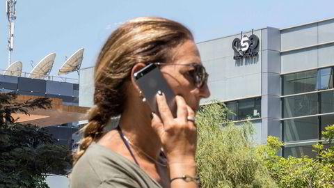 Det israelske sikkerhetsselskapet NSO Group har utviklet avanserte digitale spionvåpen. Opposisjonelle, aktivister og journalister er blitt overvåket av spionprogramvare installert via Facebooks populære kommunikasjonstjeneste Whatsapp.