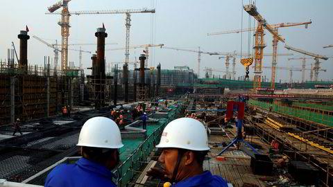 Kinesiske industriselskaper har opplevd svakere vekst i nye eksportordrer i sommer. Høy etterspørsel etter stål viser at byggevirksomheten er på vei opp igjen - til tross for at storselskaper har fått beskjed om å redusere gjelden.