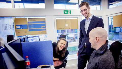 I Netcompany blir Richard Busch Nordli (30) målt og evaluert hvert halvår, og får justert lønnen etter innsats og måloppnåelse. Her er han med kollegene Pernille Mohn og Erik Bakkejord.