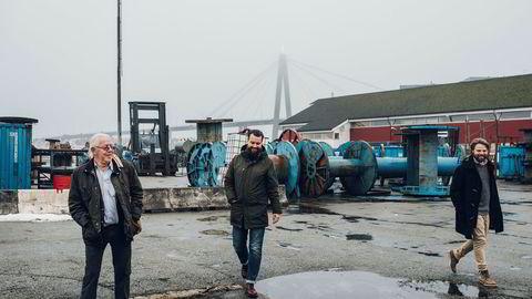 Hovedeier og styremedlem Kristoffer Stensrud (til venstre) lanserte tirsdag sin plan om å bygge et lavtliggende bryggeri med park på toppen her midt i Stavanger havn. Her sammen med daglig leder Anders Kleinstrup og sin sønn og styremedlem Kristian Fredrik Stensrud i Lervig Aktiebryggeri.