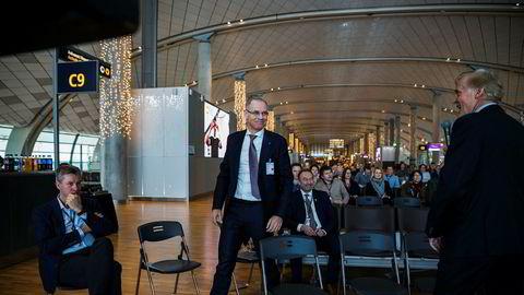 SAS-sjef Rickard Gustafson varslet tirsdag at det skal øke trafikken ved norske flyplasser med 20 prosent årlig innen fire år, og får lavere avgifter og kostnader i retur fra statlige Avinor. Her sammen med Egil Thompson kommunikasjonssjef i Avinor (til venstre) og Avinor-sjef Dag Falk-Petersen (til høyre).
