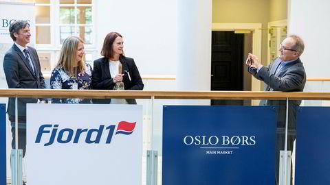 Fjord1-sjef Dagfinn Neteland fotograferer under børsnoteringen i august. Fra venstre, juridisk direktør Øivind Amundsen ved Oslo Børs, økonomileder Ane Eliassen og finansdirektør Anne-Mari Sundal Bøe i Fjord1.